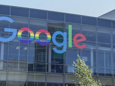 Stangata dell'Ue su Google per posizione dominante. Multa record da 2,42 miliardi